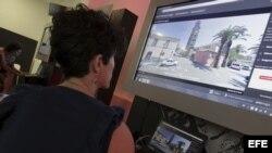 Archivo - Una joven observa una de las pantallas con imágenes de 360 grados, tomadas por vehículos y bicicletas, relativas a más de un centenar de lugares emblemáticos del mundo.
