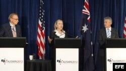 La secretaria de Estado de Estados Unidos, Hillary Clinton(c), habla junto a los ministros australianos de Asuntos Exteriores, Bob Carr (izq), y Defensa, Stephen Smith (der), durante una rueda de prensa.
