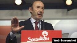 El secretario general del PSOE, Alfredo Pérez Rubalcaba, durante la rueda de prensa.