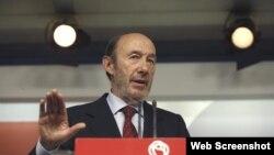 El secretario general del PSOE, Alfredo Pérez Rubalcaba, durante la rueda de prensa. Archivo.
