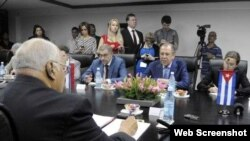 Ricardo Cabrisas Ruiz (i), vicepresidente cubano del Consejo de Ministros, en conversaciones con Serguéi Lavrov (c), ministro de Asuntos Exteriores de la Federación de Rusia, en La Habana, el 24 de marzo de 2015.