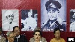 Aung San Suu Kyi (c), líder de facto de Birmania, país también conocido como Myanmar.