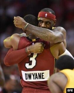 Dwyane Wade (i) de los Miami Heat recibe un abrazo de su ex compañero de equipo LeBron James (d), de los Cleveland Cavaliers.