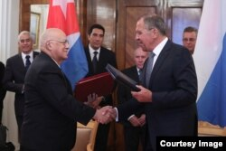 Ricardo Cabrisas firma acuerdo con Serguei Lavrov en Moscú