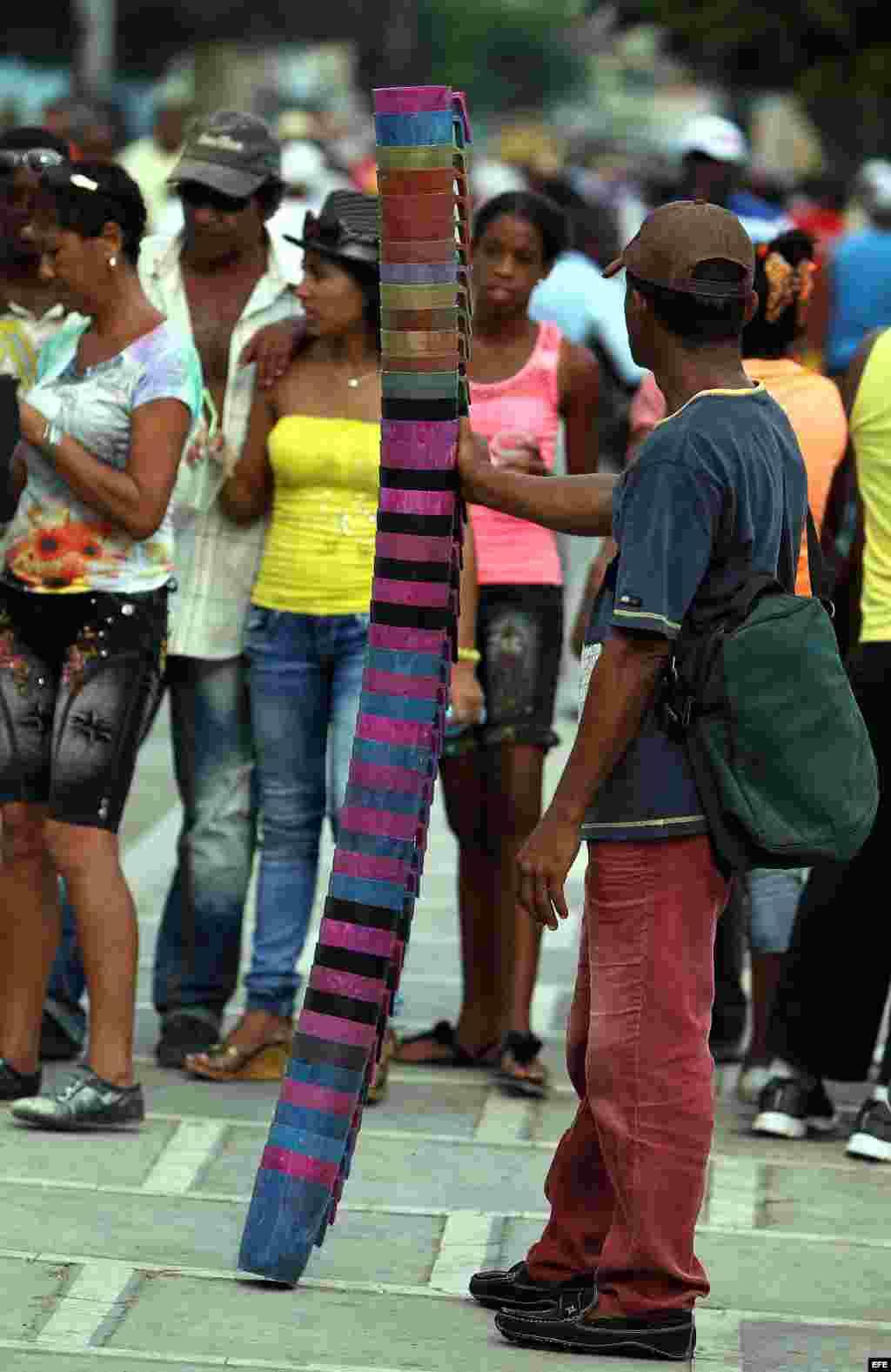 Un hombre vende jarras para tomar cerveza en área de carnaval en la ciudad de Santiago de Cuba.