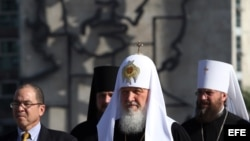 El patriarca de la Iglesia Ortodoxa Rusa, Kirill, coloca ofrenda en el monumento a José Martí en la Plaza de la Revolución de La Habana (12 de febrero, 2016).