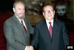 Archivo - El presidente chino, Jiang Zemin da la bienvenida a Fidel Castro en Pekín.