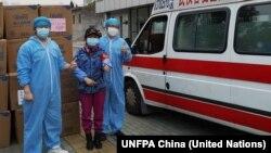 Los suministros enviados por el Fondo de Población de la ONU llegaron el 26 de febrero a Wuhan, China, para su distribución en hospitales locales.