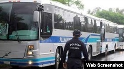 Buses mexicanos transportan a hondureños deportados