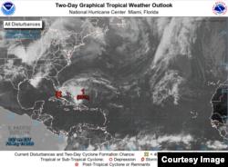 Imagen de satélite de la zona de bajas presiones, cerca de los Cayos de Florida. (NHC)