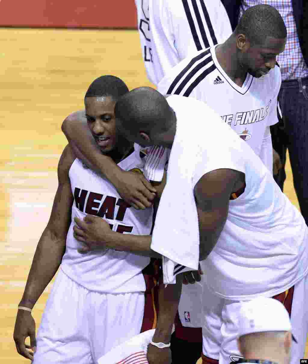 El jugador de Heat Chris Bosh (c) abraza a su compañero Mario Chalmers (i) hoy, jueves 20 de junio de 2013 durante el partido definitivo ante Spurs por la serie final de la NBA en el American Airlines de Miami, Florida (EE.UU.).