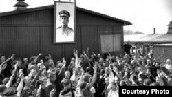 Prisiones del Gulag bajo la imágen de Stalin.