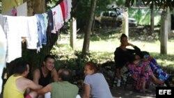 Migrantes cubanos refugiados en la sede de la Pastoral Social Cáritas.