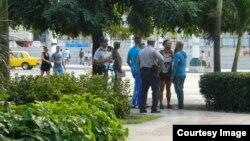 """Policías pidiendo identificación en el Parque Central. Si son """"ilegales"""", son deportados de inmediato. (Foto Cubanet)"""