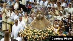 Entrada de la imágen de la Virgen en el estadio de UM