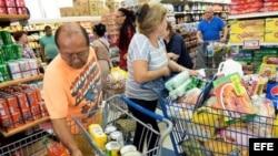 Varias personas compran víveres en un supermercado de Miami, Florida, Estados Unidos.