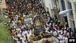 Cientos de personas participan el 08 de septiembre de 2013, en una peregrinación con la imagen de la Virgen de la Caridad del Cobre, patrona de Cuba, por las calles de un céntrico barrio de La Habana (Cuba) .