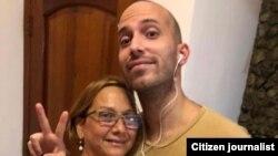 Anyelo Troya y su madre, el 24 de julio de 2021, cuando salió en libertad tras haber sido arrestado el 11 de julio en La Habana.