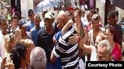 """ARCHIVO.Al centro con camisa de listas Guillermo """"Coco"""" Fariñas es uno de los opositores más reconocidos de Cuba."""
