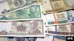 Billetes cubanos, unos de CUP (i) y otros de CUC (d), en La Habana (Cuba).