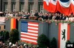 """Archivo - Alemania. 26 de Junio de 1963. Discurso del entonces presidente de EE.UU, John F. Kennedy, en el ayuntamiento de Berlin, donde dijo su histórica frase, """"Ich bin ein Berliner"""" (Yo soy berlinés)."""