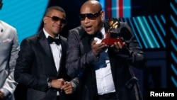 Gente de Zona en la ceremonia de los premios Grammy Latinos en 2017. REUTERS/Mario Anzuoni