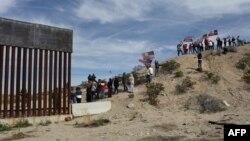 Seguidores del partido republicano hacen un muro humano para manifestarse a favor de la construcción de una barrera física en la frontera con México. (Archivo)