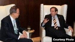 El secretario general de la ONU, Ban Ki Moon (i) y el canciller panameño, Fernando Núñez.