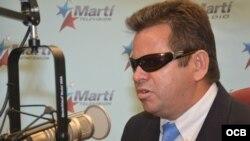 El abogado cubano Juan Carlos González Leiva visita las instalaciones de Radio y TV Martí.