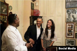 Obama saluda al chef de la paladar San Cristóbal.