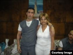 Julia Estrella junto a su hijo
