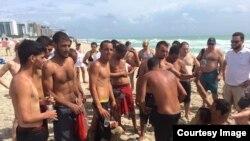 Llegan balseros cubanos a playas de Miami.