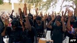 Familiares rezan por la liberación de las adolescentes desaparecidas, secuestradas por el grupo terrorista Boko Haram en Chibok, Nigeria.