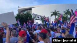 Manifestación frente a la Torre de la Libertad, Miami, el 17 de julio de 2021
