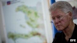 Archivo - El ex presidente estadounidense Bill Clinton durante su viaje a Haití en el 2010.