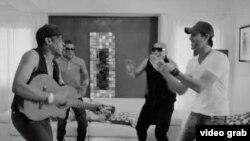 """Video clip del tema """"Bailando""""."""