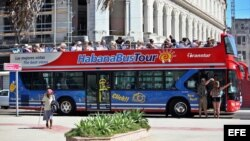 Un autobús pasea turistas por La Habana.