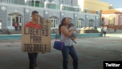 José Daniel Ferrer Cantillo y Nelva Izmaray Ortega, con su bebé en brazos, exigen la liberación de José Daniel Ferrer.