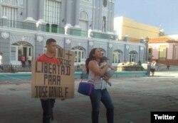 José Daniel Ferrer Cantillo y Nelva Izmaray Ortega, con su bebé en brazos, exigen la liberación de José Daniel Ferrer (Foto: Archivo).