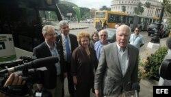 El senador demócrata Patrick Leahy (d) junto a otros legisladores de EEUU durante su visita a Cuba en 2015. (Archivo)