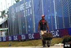 Un hombre trabaja en los jardines de Pabexpo, sede de la II Cumbre de la CELAC.