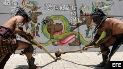 Archivo - Un grupo de artistas realiza la demostración de un juego de pelota maya.