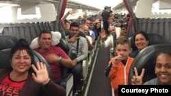 Migrantes cubanos muestran su felicidad poco antes de emprender la partida de Costa Rica.