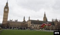 - Un helicóptero sanitario llega a la Plaza del Parlamento tras un tiroteo en Londres, Reino Unido, hoy, 22 de marzo de 2017.