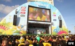 Aficionados observan el partido entre Brasil y México parte del Mundial de Fútbol 2014