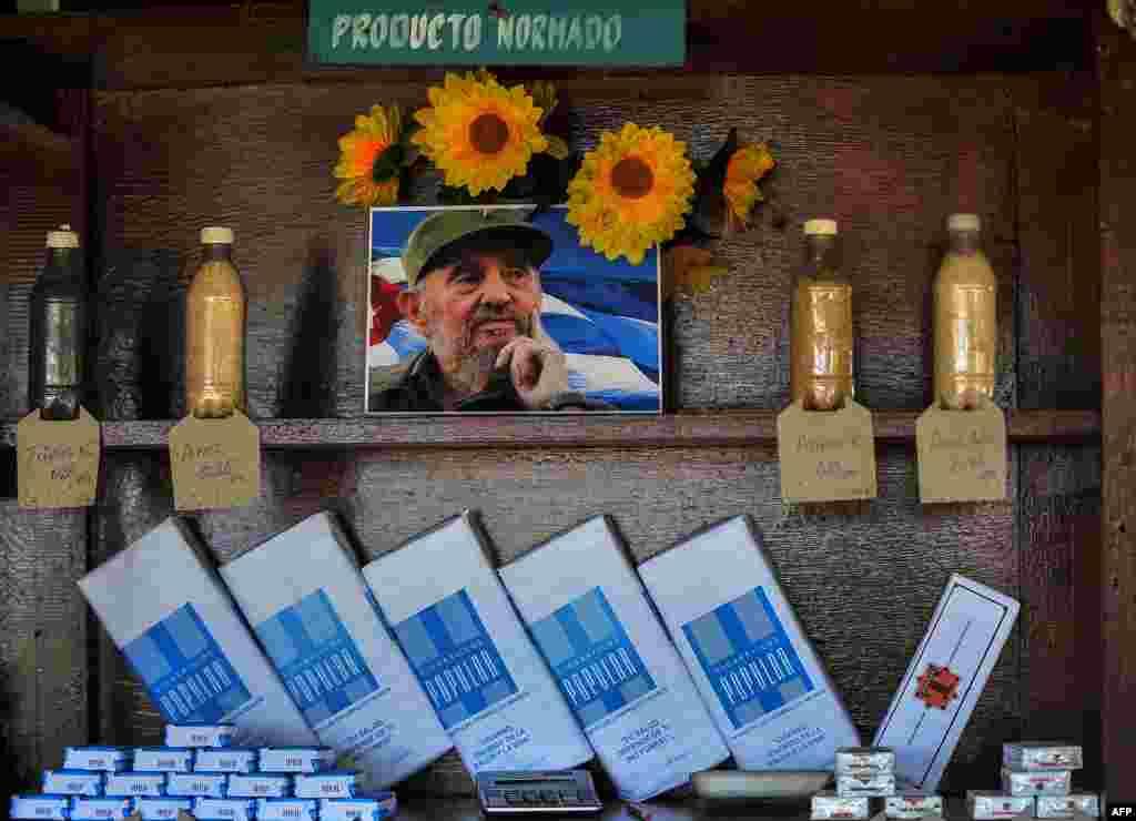 Un retrato de Fidel Castro en una bodega de Santiago de Cuba.