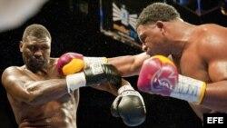 El boxeador cubano Odlanier Solis (d) lanza un puño al estadounidense Ray Austin (i) el viernes 17 de diciembre de 2010, en la pelea por el campeonato mundial de la WBC de peso pesado que se disputó en el American Airlines Arena de Miami (FL, EEUU).