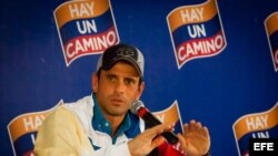 Fotografía cedida por Prensa Comando Venezuela del excandidato presidencial opositor venezolano Henrique Capriles.
