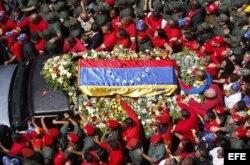 El ataúd de Chávez inició el recorrido desde el Hospital Militar Dr. Carlos Arvelo hasta la Academia Militar, donde el viernes tendrán lugar las honras fúnebres del jefe de Estado.