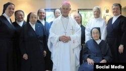 Monseñor Román con las Hermanas de la Caridad (Sor Adela con el hábito blanco).